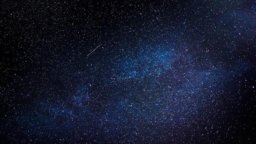 rój meteorów na sierpniowym niebie