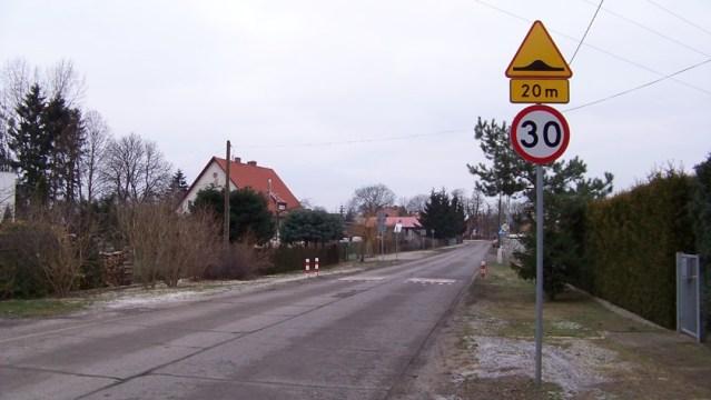 próg zwalniający na ulicy z betonowych płyt