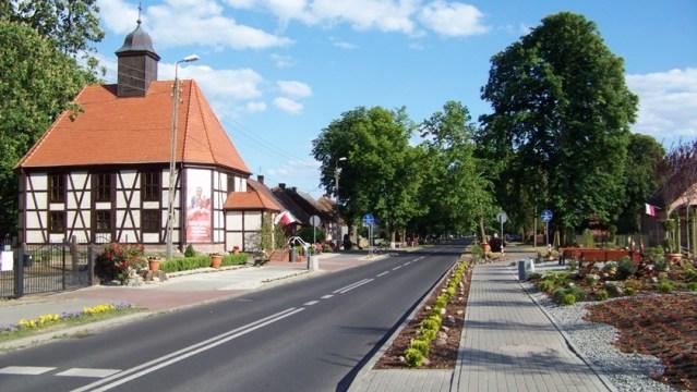 ulica i kościół w Niekłończycy