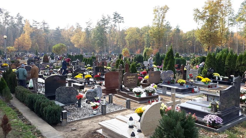 policzanie odwiedzają groby swoich bliskich na cmentarzu w Policach