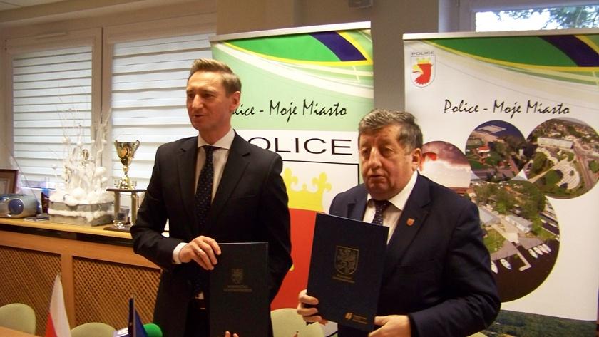 przekazanie umowy na dofinansowanie budowy ścieżek rowerowych w Policach