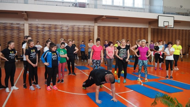 Adrian Szymczak pokazuje ćwiczenia