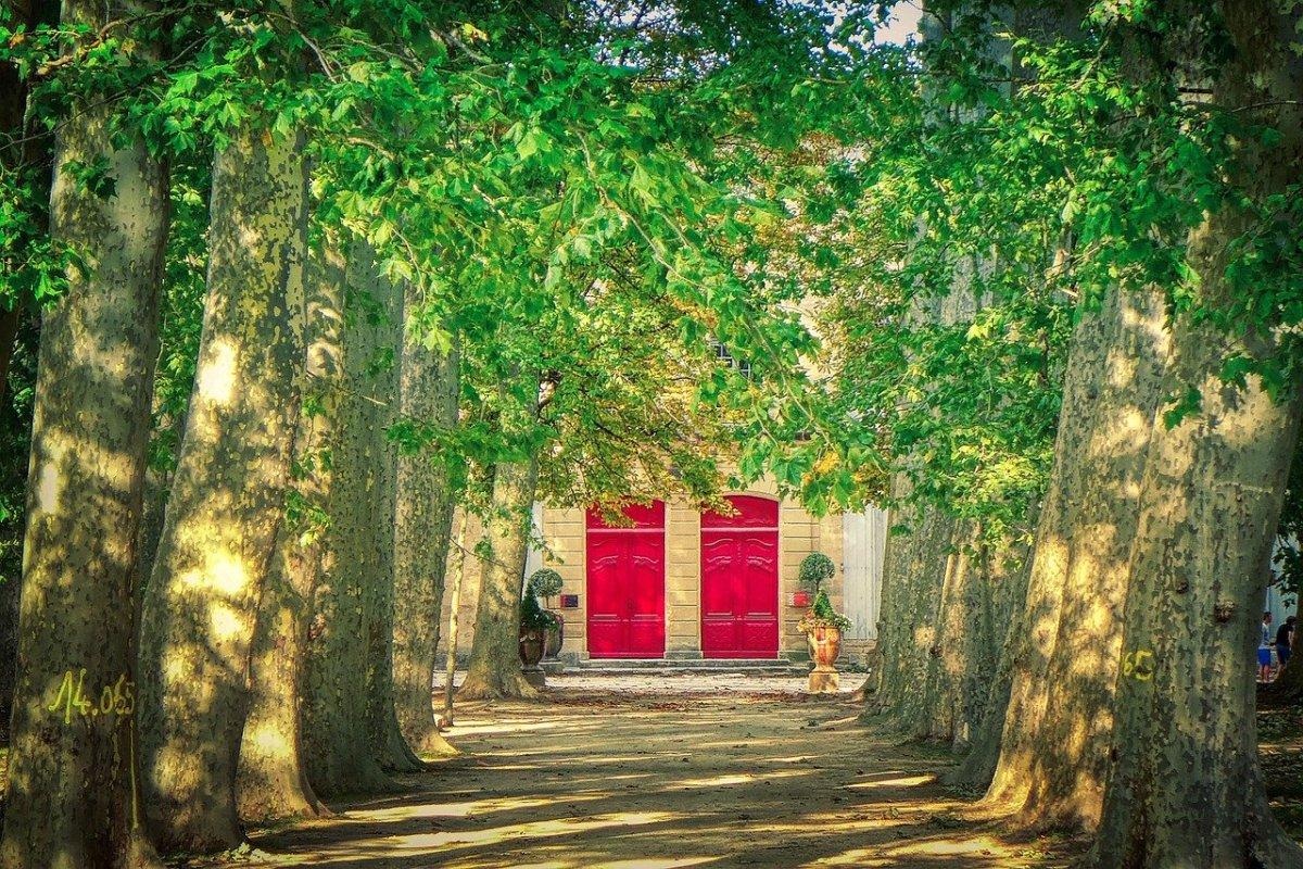 Красная дверь как признак погашенной ипотеки? А вы красите двери?