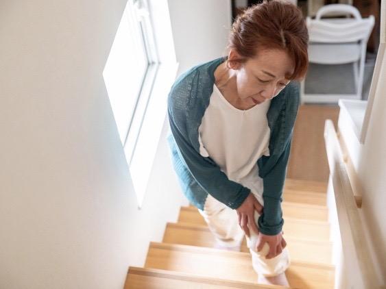 階段で膝が痛い女性