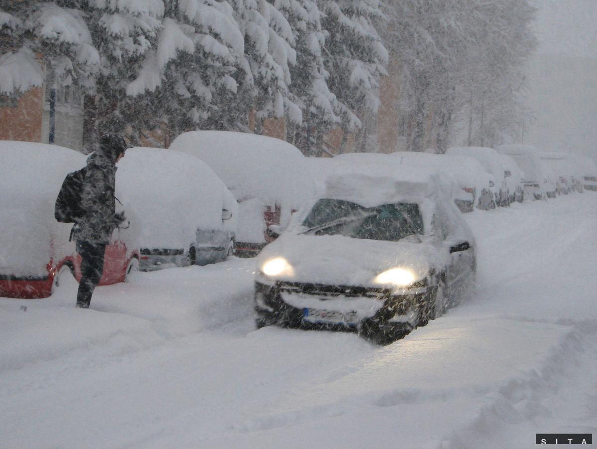 Sneženie spôsobuje komplikácie nielen v doprave.Najväčší problém s čistením komunikácií od snehu je pri parkoviskáchna sídliskách, z ktorých mnoho áut pre snehovú kalamitu aninevyrazilo.
