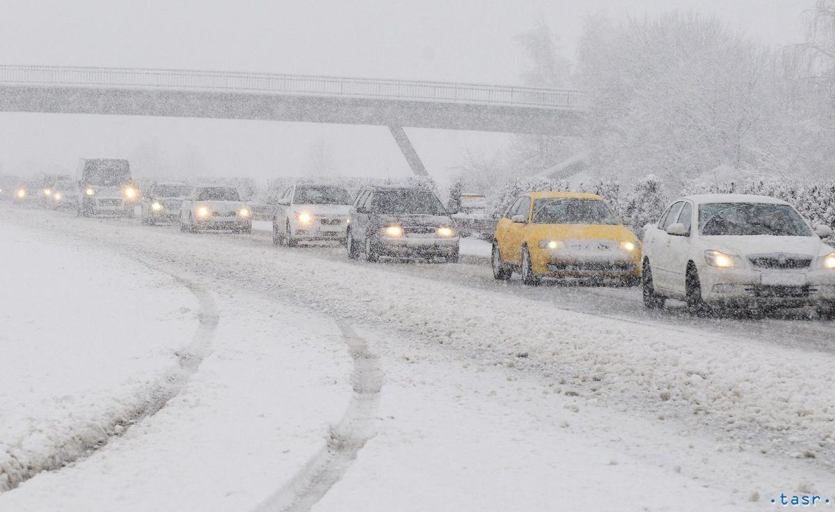 Kolóna aút na diaľnici medzi Prešovom a Košicamipočas hustého sneženia.