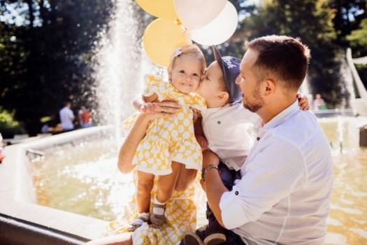 Στιγμές μαγείας όταν το πρώτο σου παιδί φιλάει το δεύτερο και εκδηλώνει την αγάπη του!