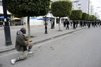tunisia-protester-baguette-cigarette