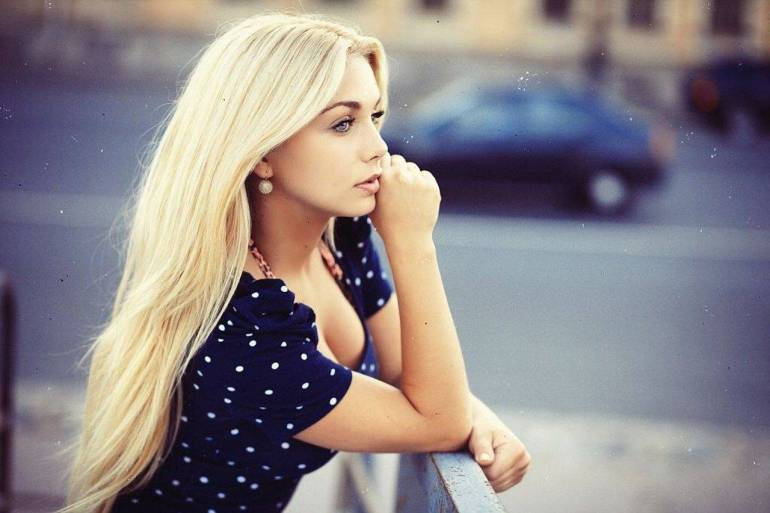 stunning-wallpaper-women-outdoors-model-blonde-street-looking-away-of-blue-hair-concept-and-styles