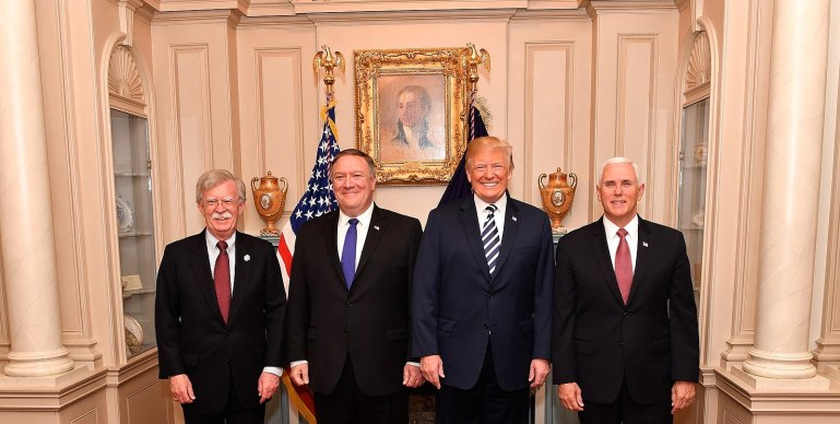 1600px-secretary_pompeo_poses_for_a_photo_with_advisor_bolton_president_trump_and_vice_president_pence_41811551572