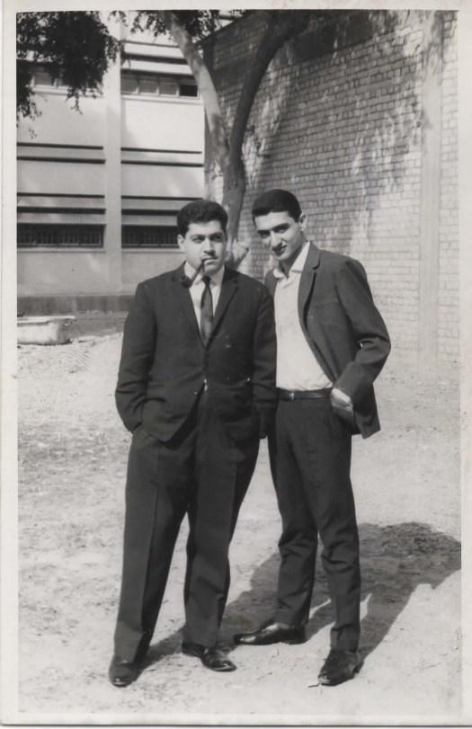 في ساحة الكلية الطبية مع دكتور سـنان حسـن مكّي العزاوي (على اليمين)
