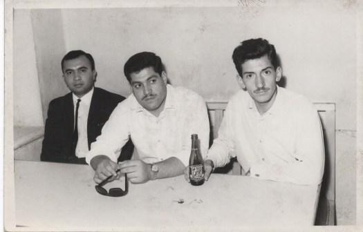 مع الدكتور سـمير حسـن عبود (على اليمين) و المرحوم الدكتور سـامي وصفي (على اليسـار) في كافتيريا الكلية الطبية عام 1965