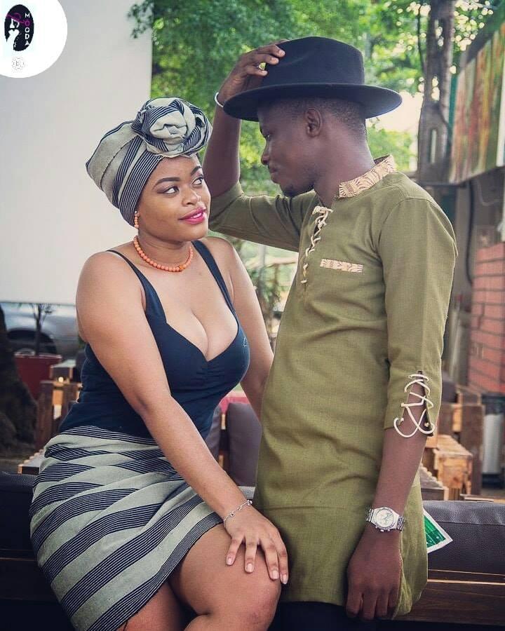 Jeune homme et jeune femme arborant fièrement le pagne tissé by Môoda
