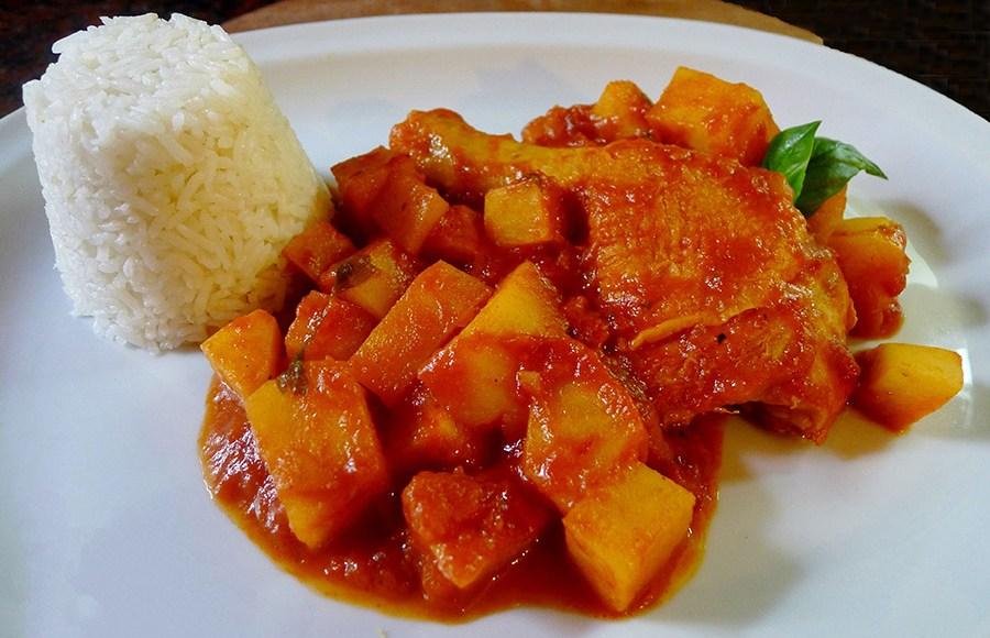 Pollo al horno con salsa de tomate