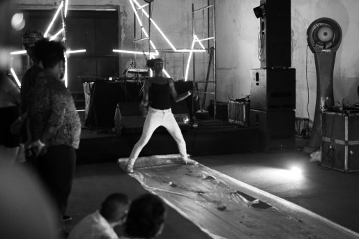Lançamento da Propágulo Nº4. 2020. Performance de Iara Izidoro e Iury Bruscky. Foto: Marlon Diego.