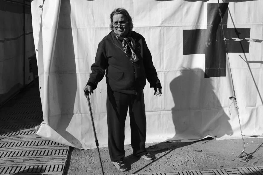 Maria Elisa Marinelli, originaria di Castelsantangelo sul Nera, di fronte alla tendopoli allestita per i terremotati a Visso, Italia 2016.