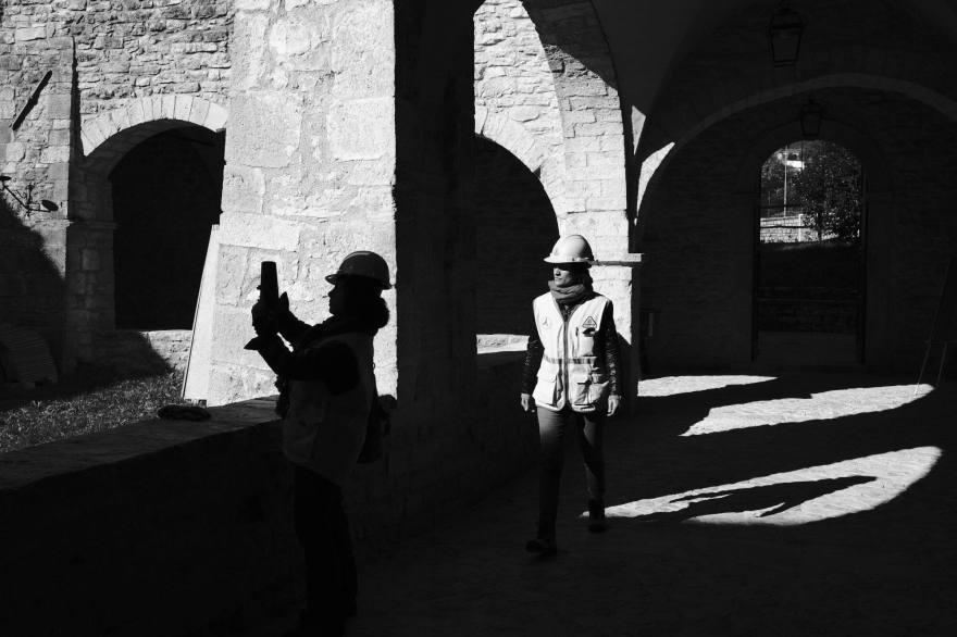 Antonella Nonnis, responsabile di Legambiente Marche, insieme a un'altra collega nel cortile dell'ex Convento di Sant'Agostino, ora sede del museo civico e diocesano. Studiosi e ricercatori sono preoccupati per la sorte delle opere d'arte nei comuni colpiti dal sisma. Visso, Italia 2016.