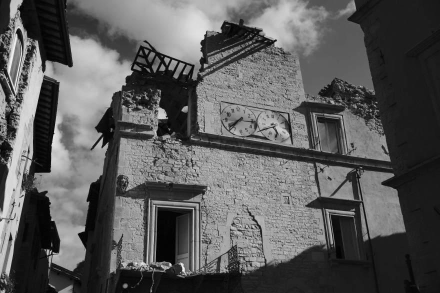 Il palazzo dei Priori di Visso, oggi sede del Municipio, con l'orologio fermo alle 7.41, ora della scossa 6.5 di domenica 30 ottobre. Il palazzo contiene il famoso affresco di Paolo da Visso, una madonna col bambino realizzata nel 1481. Visso, Italia 2016.