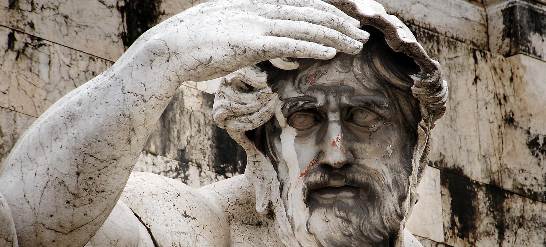 Skulptur mit suchendem Blick als Symbolbild für die Recherche, Grundlage erfolgreicher Webseiten