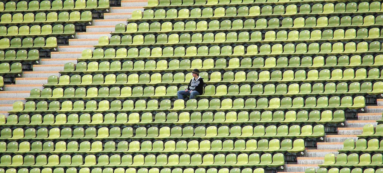 Leere Stadionsitze, nur ein vereinzelter Zuschauer