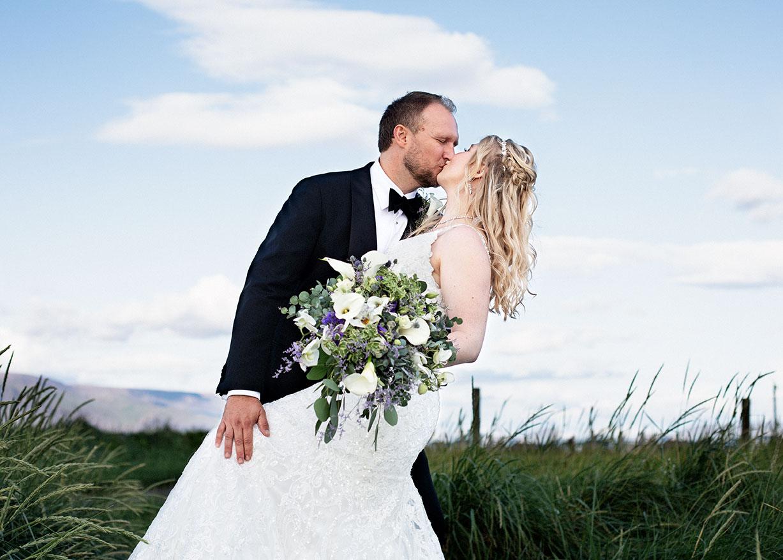 Brúðhjón kyssast í Gróttu