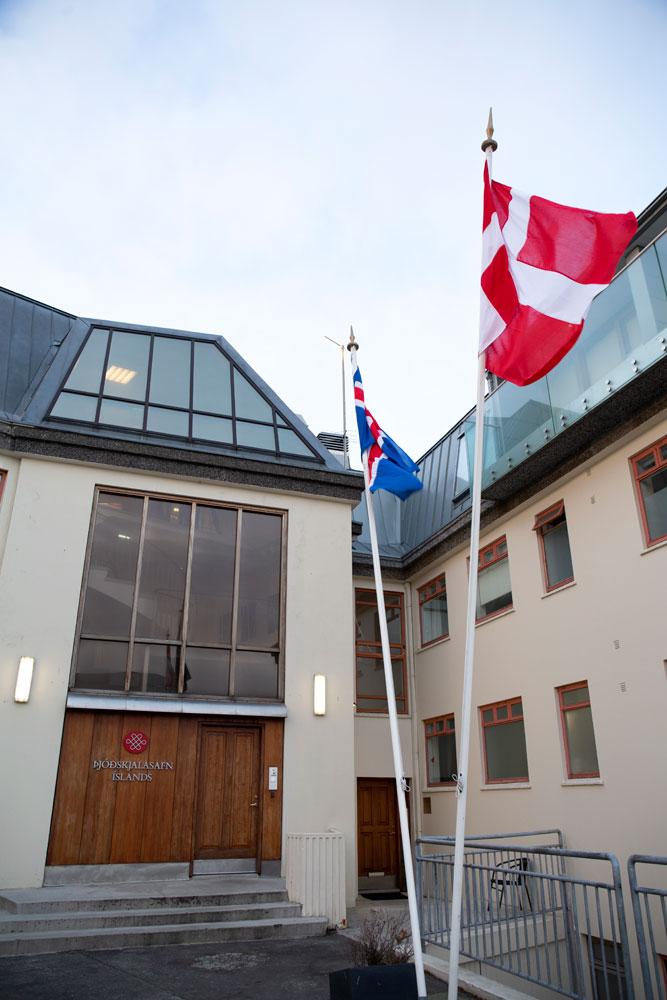 Íslenski og danski fáninn við Þjóðskjalasafn Íslands
