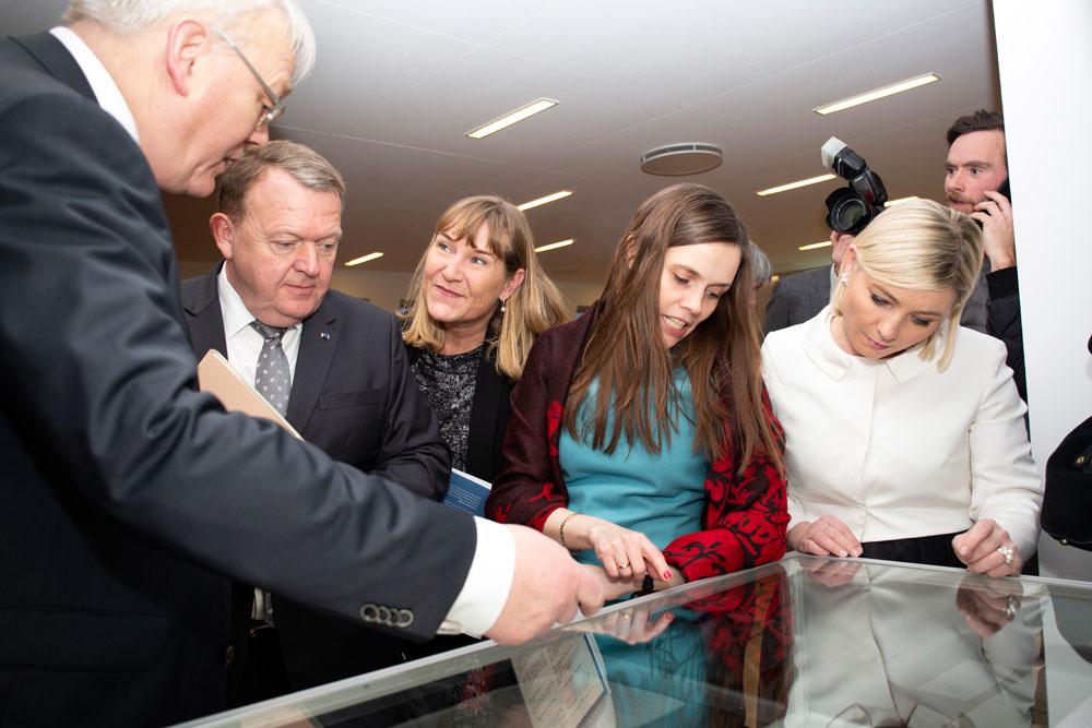 Þjóðskjalavörður, Lars Løkke Rasmussen, Sólrun Løkke, Katrín Jakobsdóttir og Lilja Alfreðsdóttir skoða gömul handrit