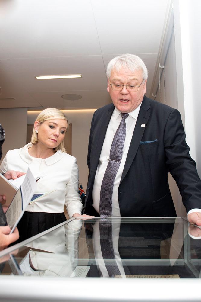 Lilja Alfreðsdóttir og Þjóðskjalavörður skoða gömul handrit