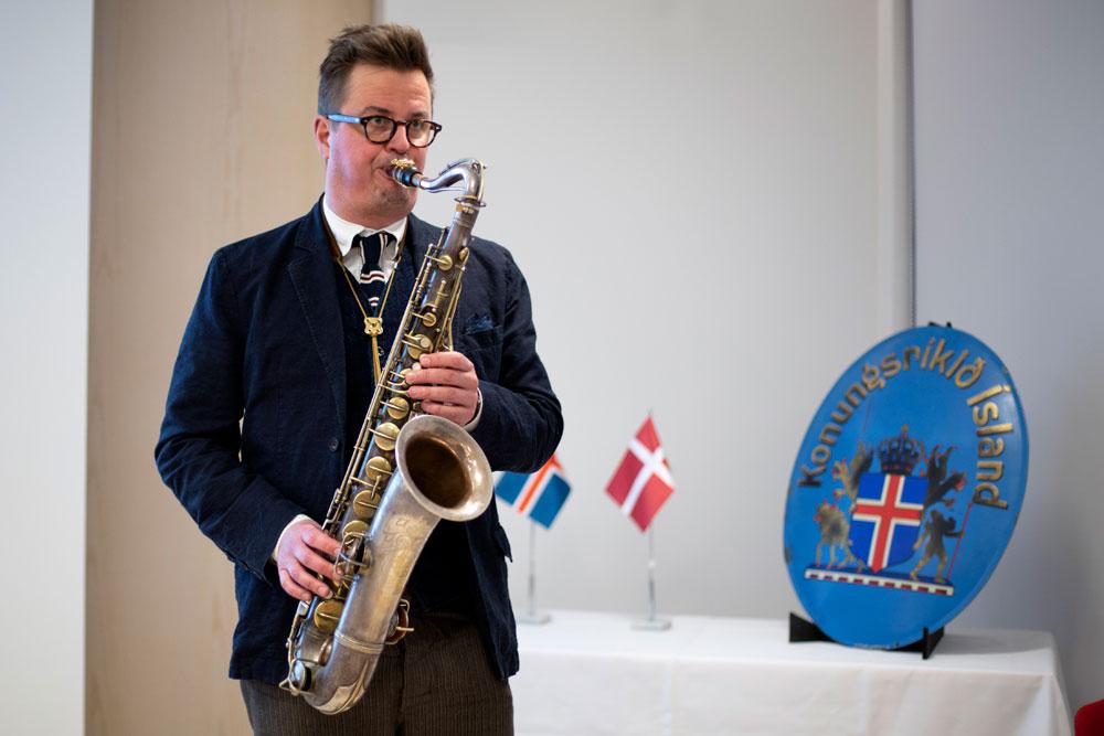 Tónlistarmaður spilar á saxafón
