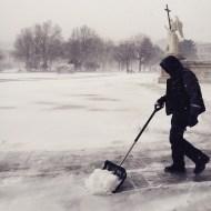 Schneeschaufeln Karlsplatz Winter