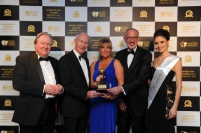 Titanic Belfast couronné: Mr Graham Cooke, President & Founder, World Travel Awards Mr Conal Harvey, Deputy Chairman, Titanic Belfast Ms Judith Owens, Director of Operations, Titanic Belfast Tim Husbands MBE, CEO, Titanic Belfast