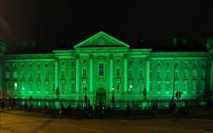 Trinity College à Dublin éclairé en vert durant le Global Greening de la St Patrick