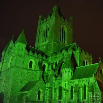 Cathédrale St Patrick éclairée en vert durant le Global Greening de la St Patrick