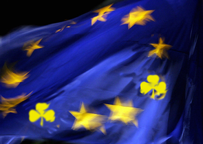 Drapeau Européen au étoile devenant des trèfles irlandais