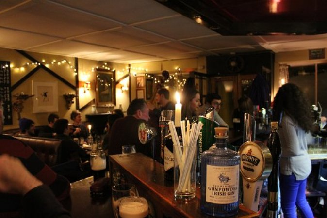 drinks-at-the-bar-music