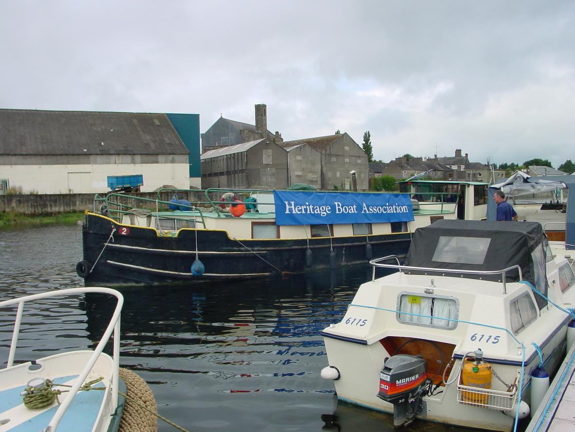 Barge Dabu (originally horse-drawn) leaving Carrick