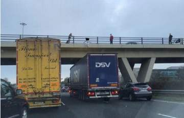 """Kierowca ciężarówki zatrzymał się pod mostem, aby pomóc kobiecie, która """"zamierzała skoczyć"""""""