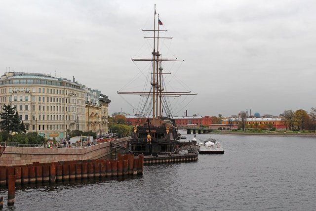 Places to Eat in St Petersburg | Flying Dutchman