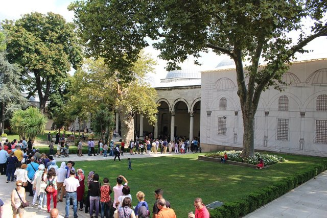 Things to do during a short layover in Istanbul, Turkey | Queue in Topkapi Palace