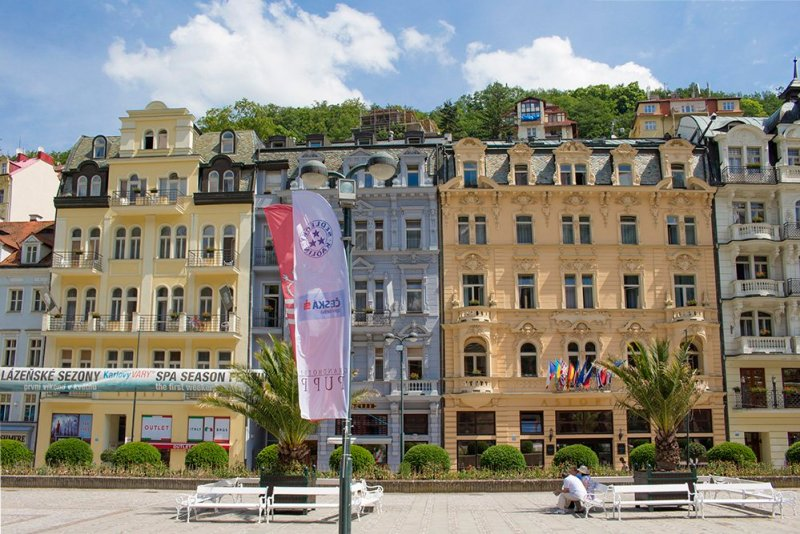 A day trip from Prague: what to do in Karlovy Vary | Colorful buildings