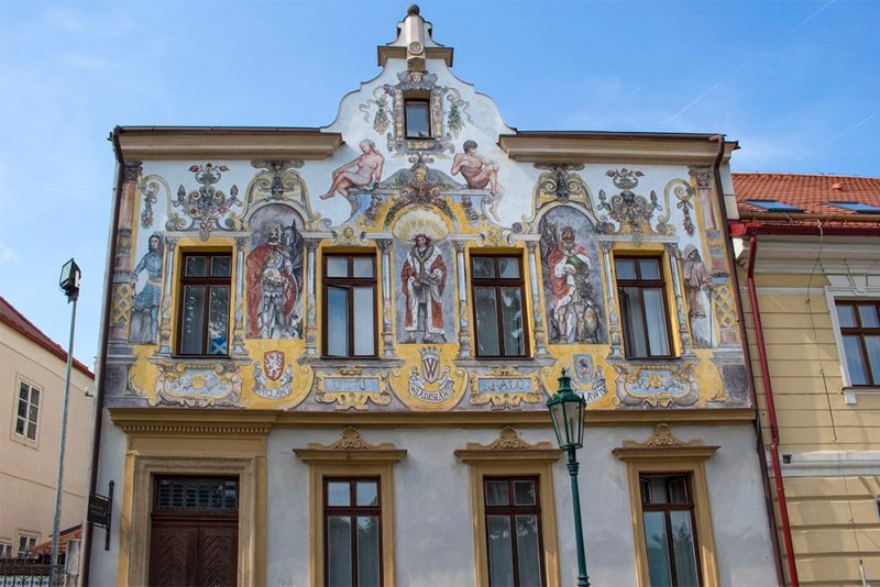 Kutna Hora on a day trip from Prague: things to do | Three kings house in Kutna Hora