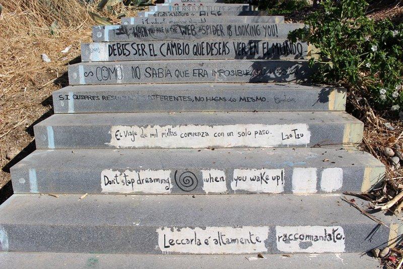 Мотивационные надписи на ступеньках по пути к церкви Сан-Мигель Альто в Гранаде