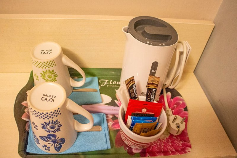 The kettle and cups at Ottaviano Guest House