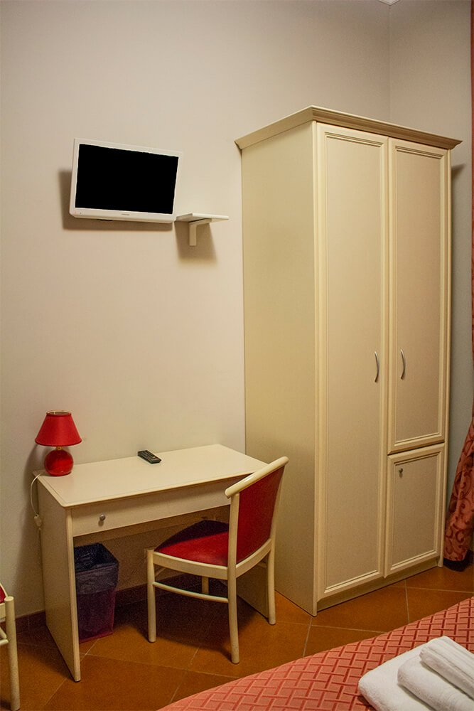 The wardrobe and table at Ottaviano Guest House