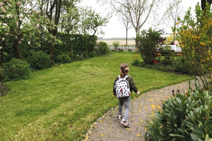Nina in de tuin
