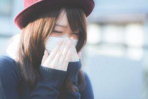 くしゃみが止まらないマスクをした女性