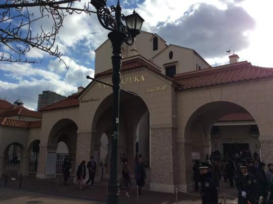 宝塚歌劇場の外観です。