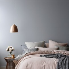 via-marinagiller.com-copper-pendant-lamp-dusky-pink-bedding-grey-walls-bedroom-red-onlne__thumbnail