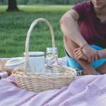レジャーシート敷いてピクニックする男性