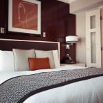 ベッドメイクされたホテルの客室